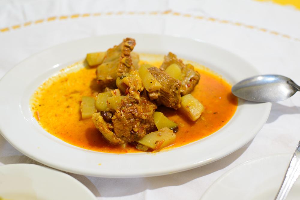 Costillitas de puerco con mole (Pork ribs, chayote)