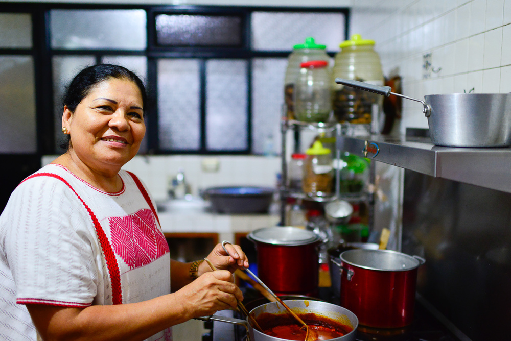 Señora Deyanira Aquino in her kitchen