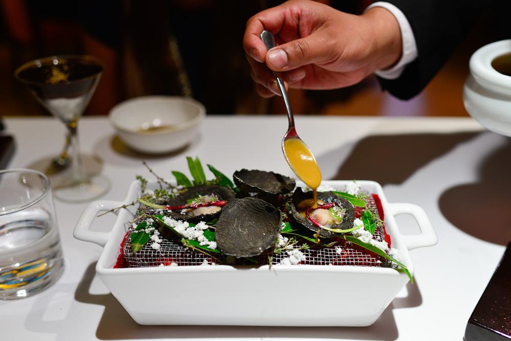 1st Course: Almeja blanca en rescoldo, salsa de lentejas, ceboll