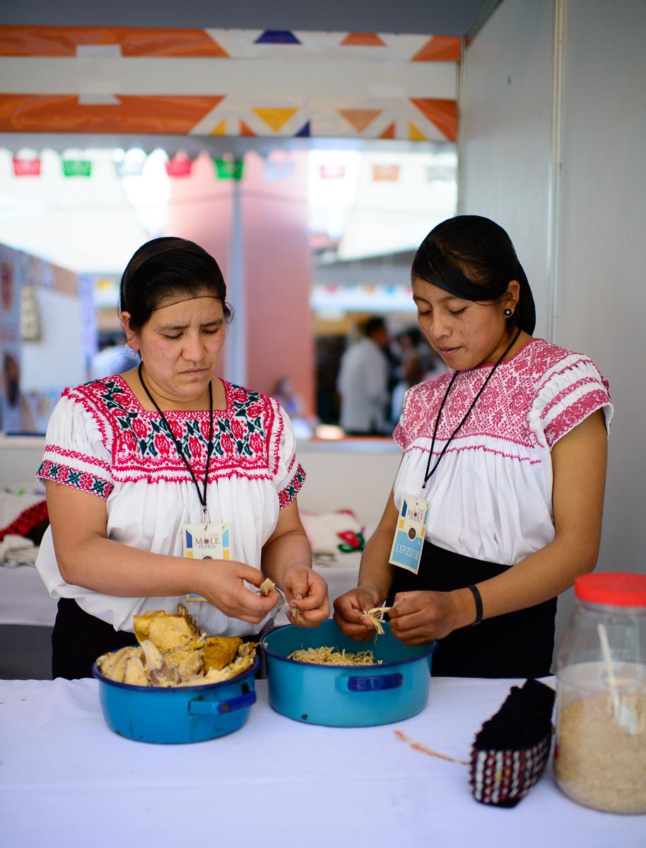 Las mujeres de Pahuatlán, Puebla, deshebrando el pollo