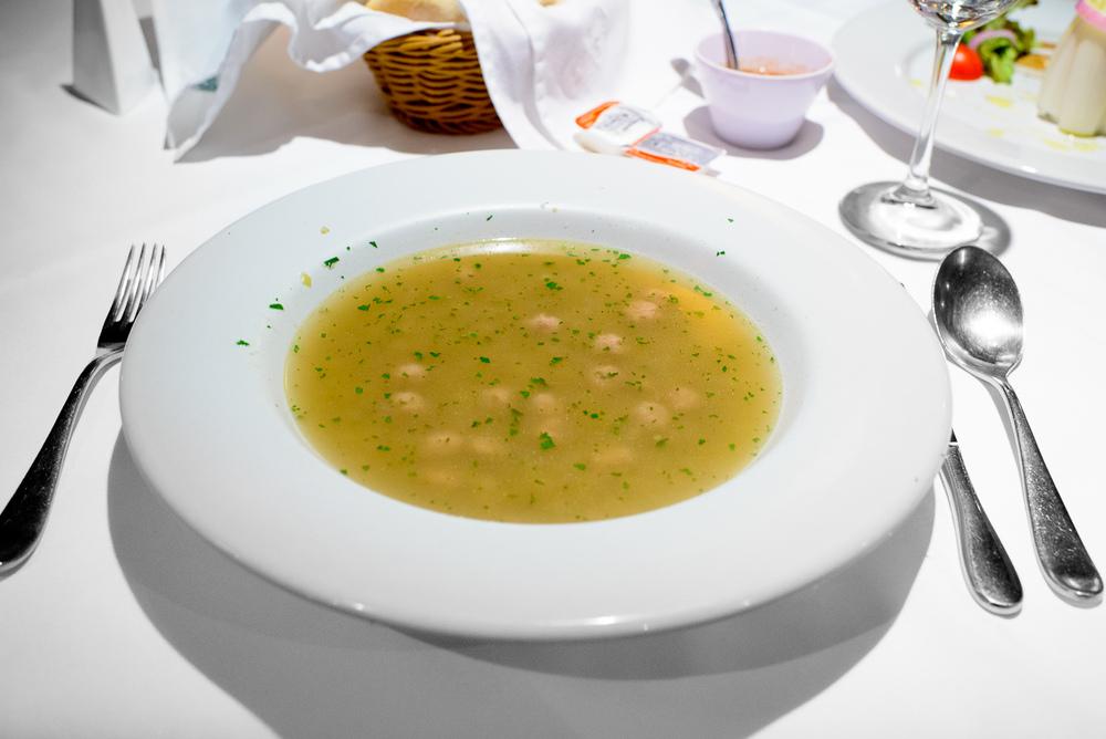 Sopa de bolitas de carne con cebada perla, apio, y herez (Meatba