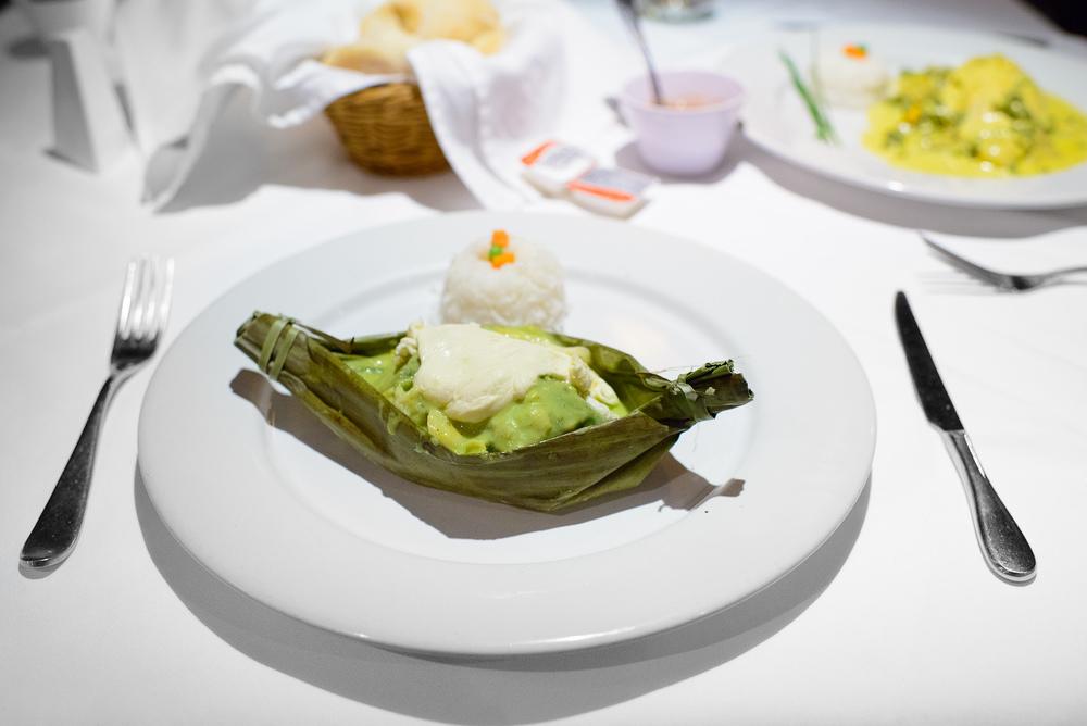 Filete de bagre en hoja santa empapelado con rajas y crema (Fill