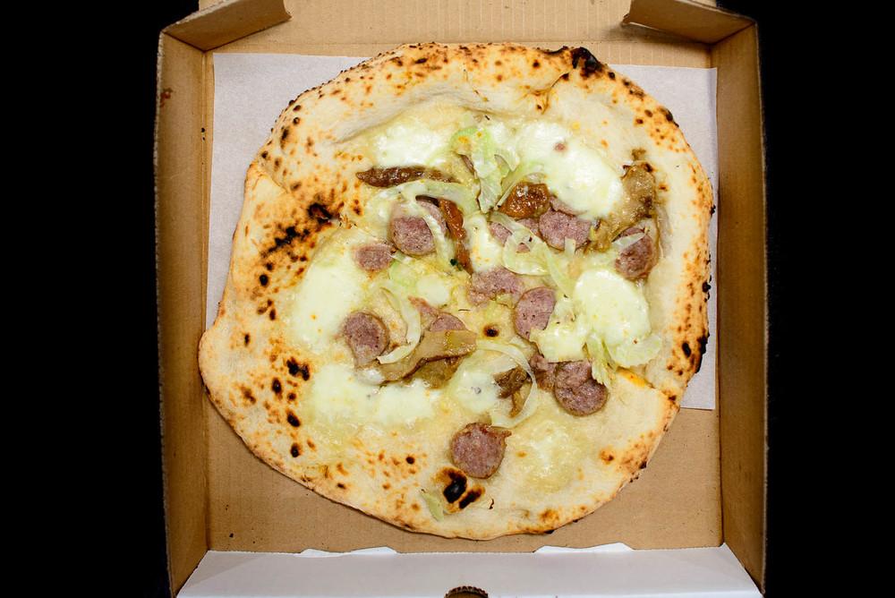 Pizza del giorno - mozzarella, leek, sausage ($15)