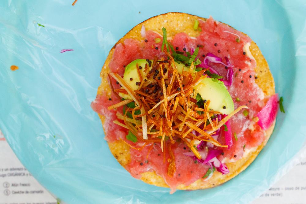 Tostada de atún fresco a la comezón - una tostada de maíz con