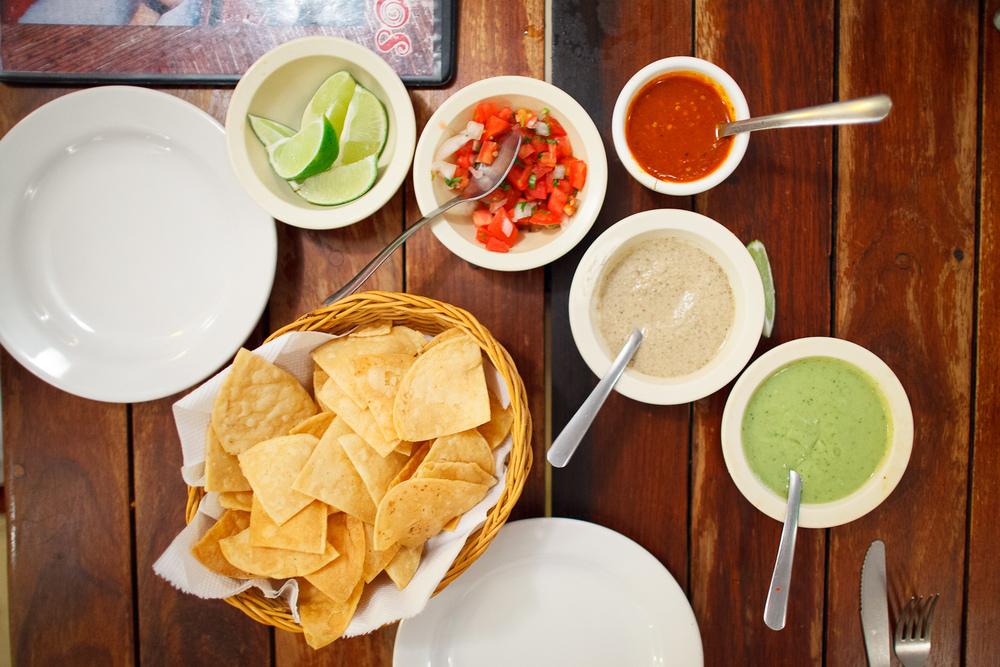 Totopos y salsa