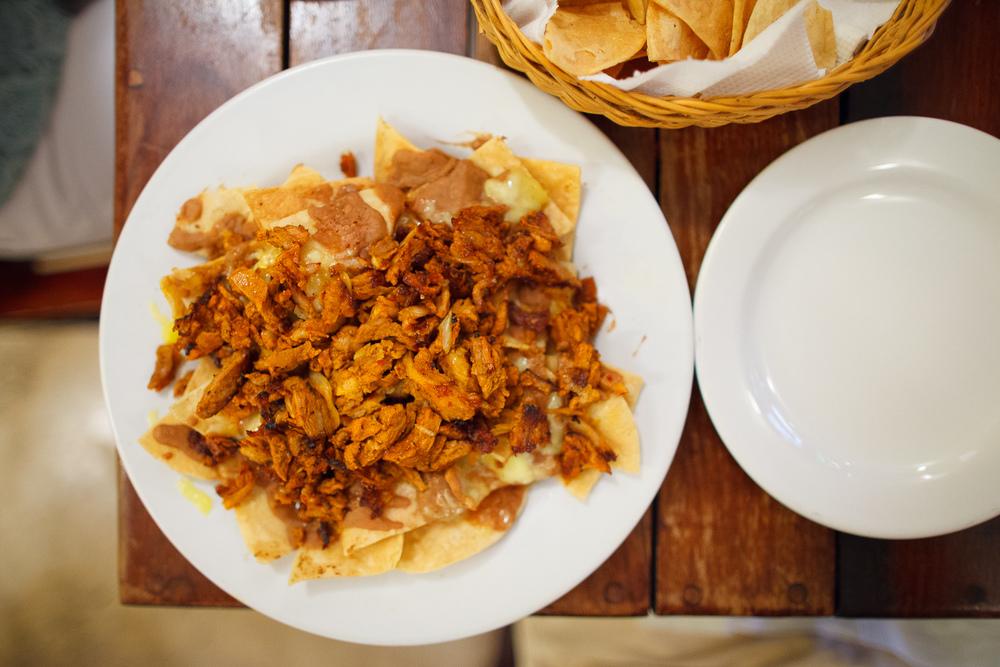 Nachos de pastor - crujientes totopos cubiertos con frijoles ref