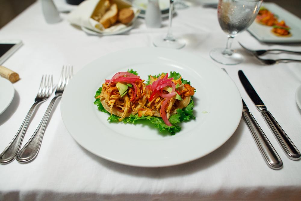 Salbutes - pechuga de pollo marinado con achiote montado en tort