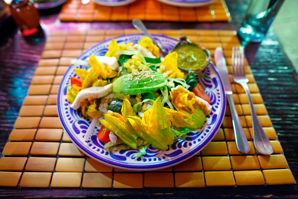 Ensalada de flor de calabaza - lechuga, espinaca, flor de calabaza, queso panela, elote, y aderezo de cilantro (Squash blossom salad with lettuce, spinach, panela
