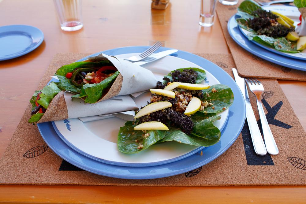 Burritos de verdura orgánica con ensalada de nuez