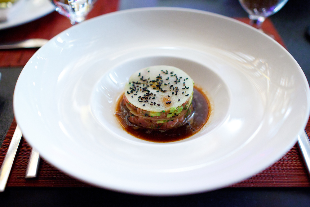 Tartara de atún y manzana, chiltepin, cilantro, aguacate, y salsa ponzu (Tuna tartar with apple, chiltepin pepper, cilantro, avocado, and ponzu sauce) ($150 MXP).jpg