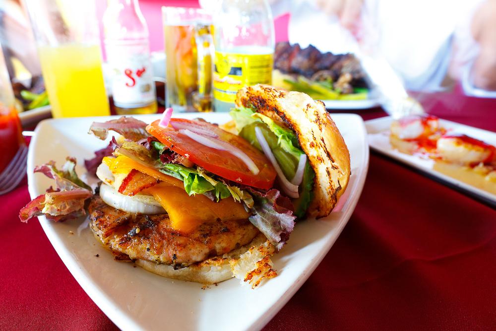 Hamburguesa de Camarón, queso Tillamoock, mayo wasabi, tocino (Shrimp hamburger, Tillamoock cheese, wasabi mayo, bacon) (MXP $140)