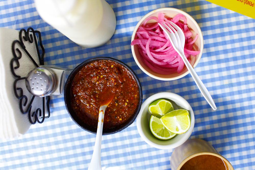Salsa chipotle, cebollas en agua de habanero, límon
