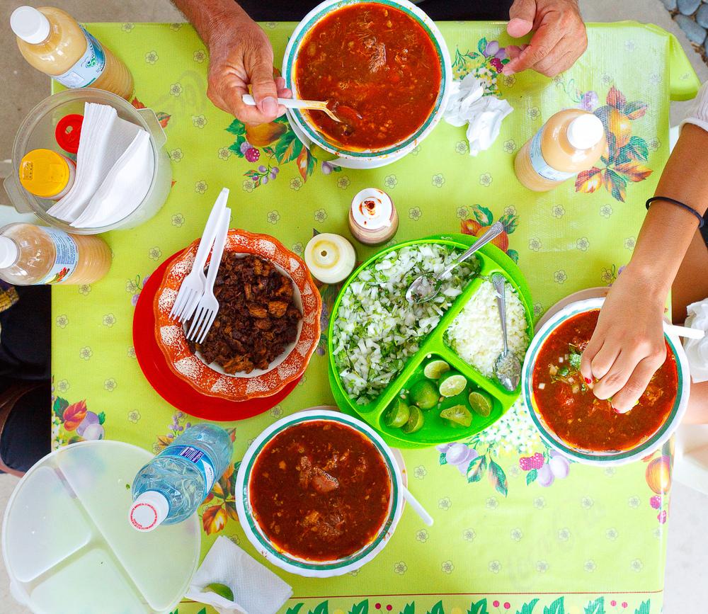 La mesa llena de comida