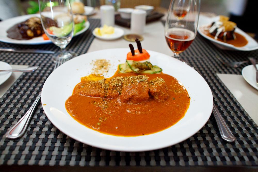 El mole de nuez de la India a base de chile ancho, pepita de calabaza, almendras de marañón y nueces de la india, servido sobre pechuga de pollo (160 MXP)