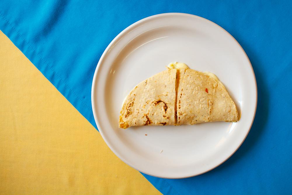 Quesadilla con tortilla de maiz (corn tortilla quesadilla) (10 MXP)