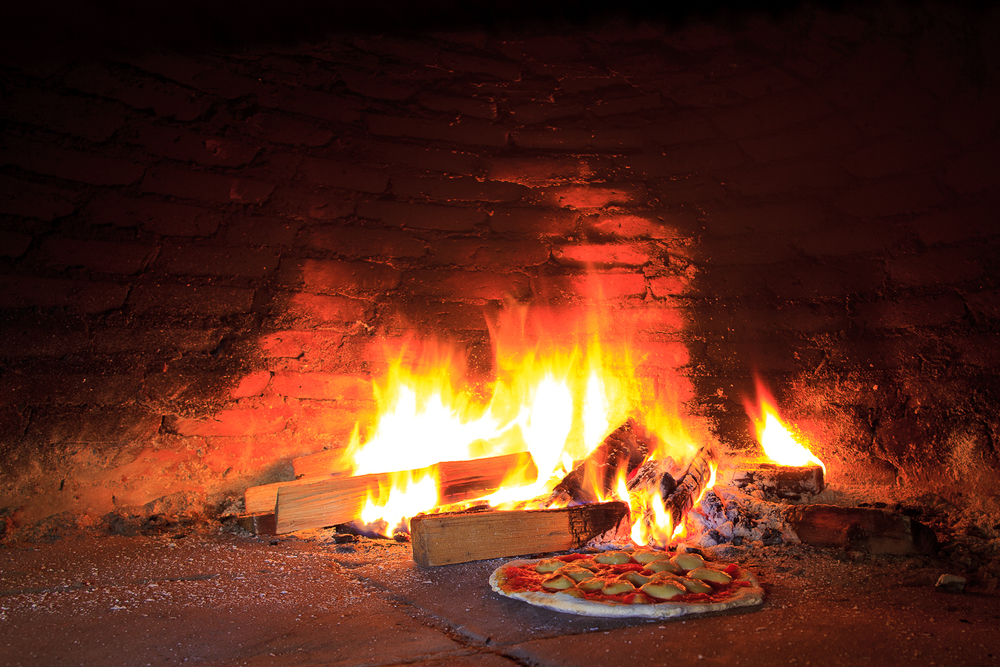 Pizza margherita blistering in the wood-burning oven (60 MXP)