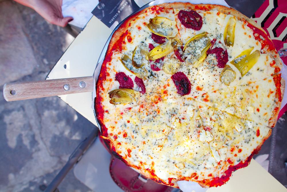 """Pizza de seis quesos (cabra, mozarella, mozarella fresco, oaxaca, parmesano, y gorgonzola) y de """"Somos Novios"""" (salsa de queso, jitomates deshidratados, y corazones de alcachofa) (85 MXP)"""