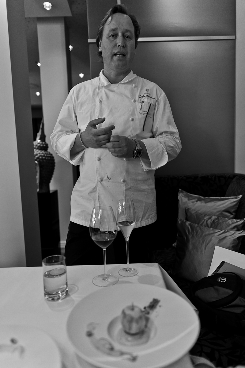 Chef Thomas Bühner explaining his Gravensteiner apple