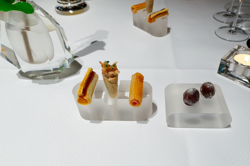 Amuse bouche: caramelized kalmata olive, toast hawaii, crabs from Büsum, VW - curry sausage
