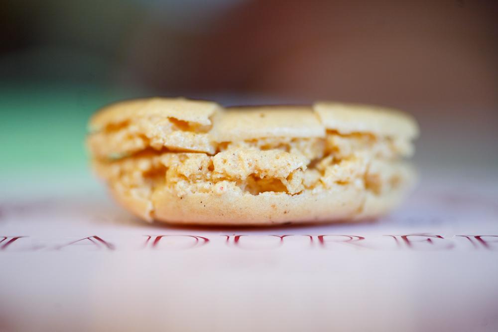 Macaron à la vanille (vanilla), crumbled