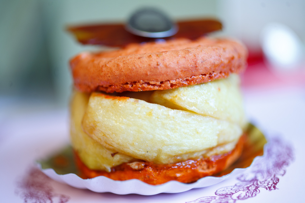 Macaron pommes caramel (apple and caramel macaron)