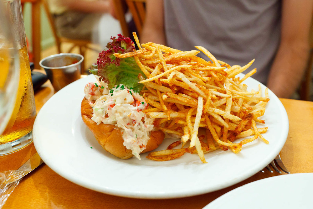 Lobster roll with shoestring fries (Market price)