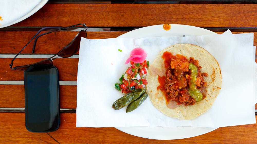 Taquito de carne en salsa colorada con chilitos y pico de gallo (MXP $12)