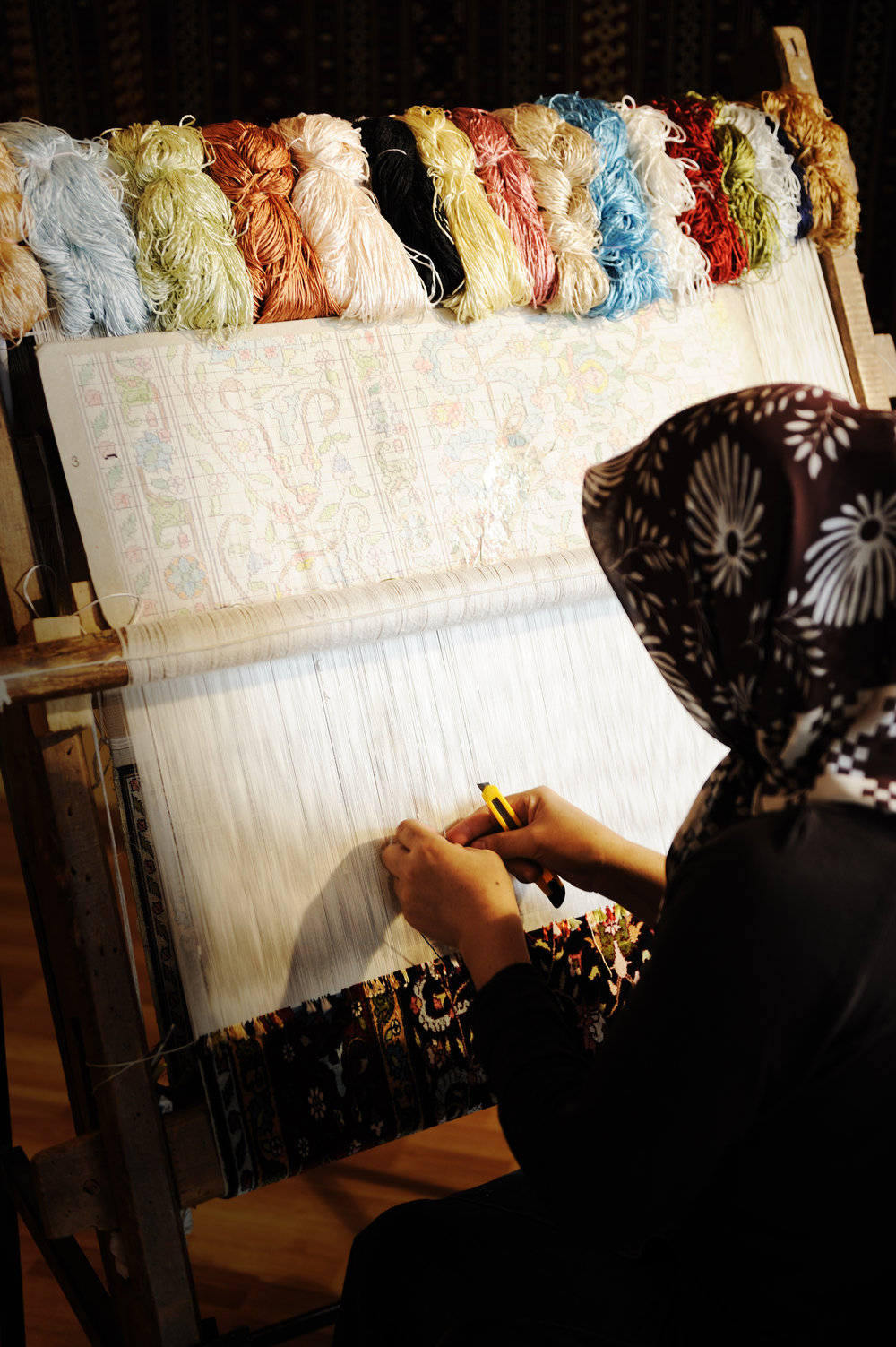 woman-working-at-the-loom-oriental-muslim-national-crafts-focus-on-the-fabric_HKGNdY0Vj.jpg