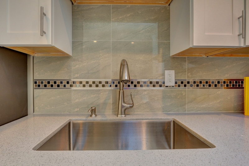 10. 667Lakeview-Kitchen Sink (800x533).jpg