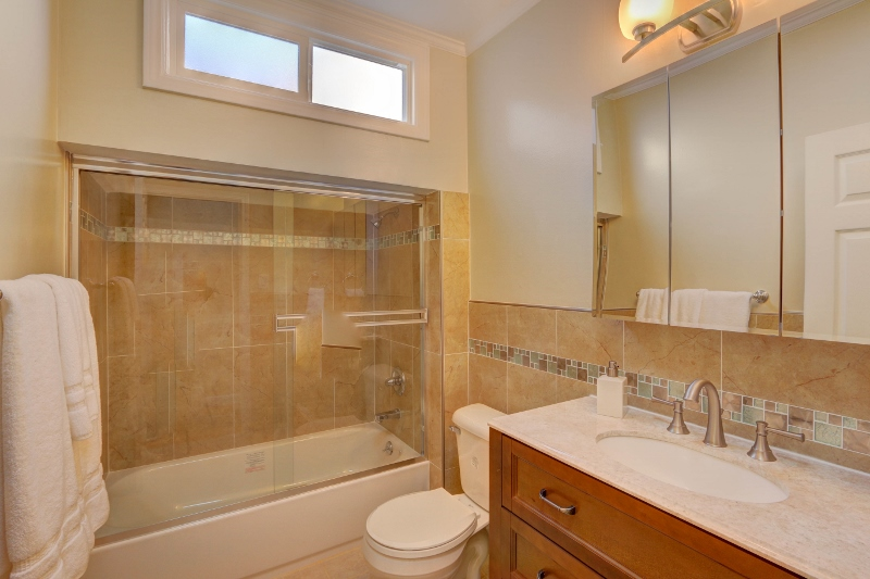 13. 667Lakeview-Bathroom (800x533).jpg