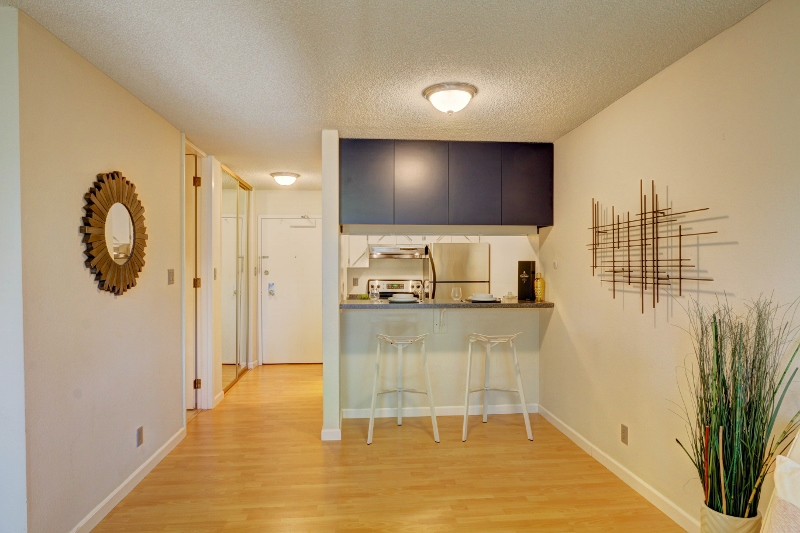 3. Dining-Kitchen facing door (800x533).jpg