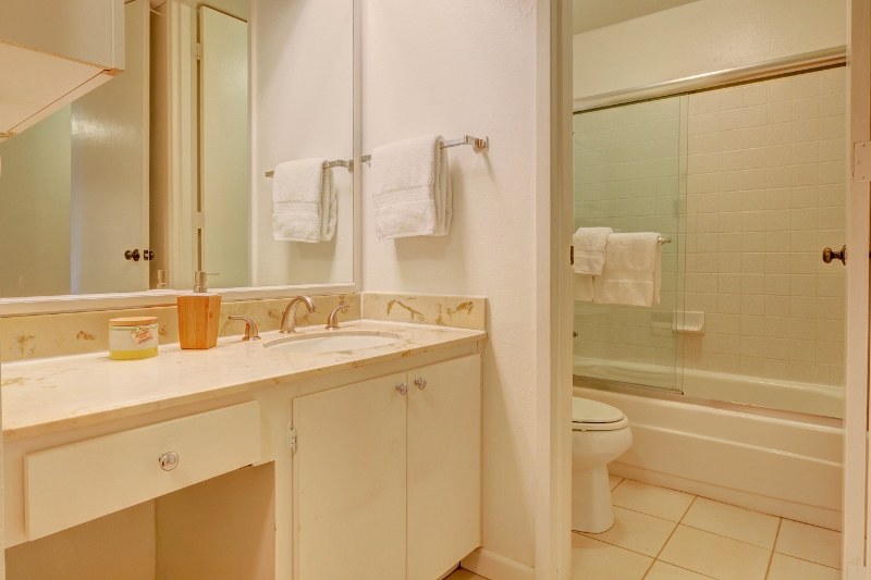 8. Vanity & Bathroom (800x533).jpg