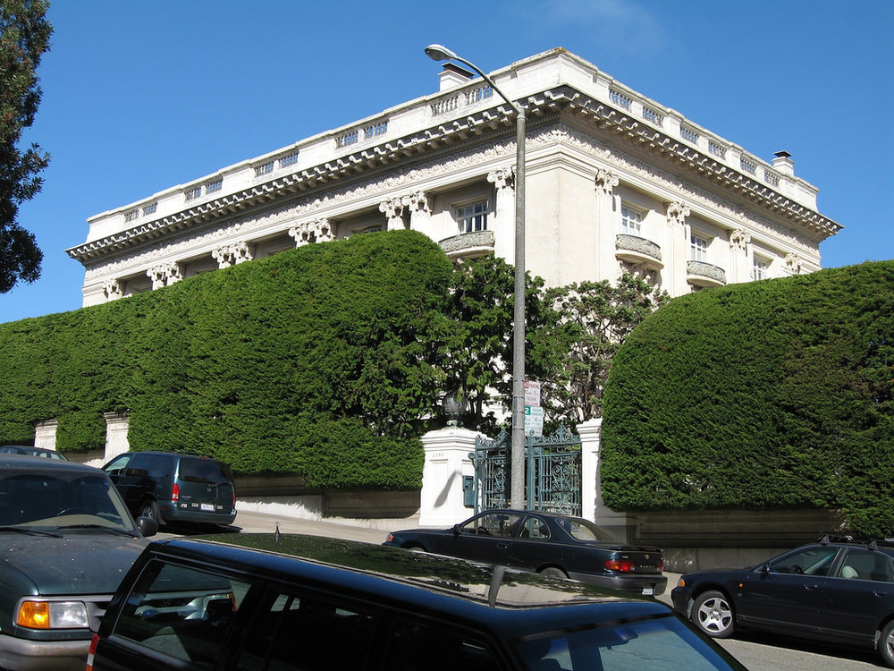 Spreckels Mansion, an ornate, pre-WWI home fronting Lafayette Park, is owned by romance novelist Danielle Steele, who has shrouded the house in a giant hedge for privacy.