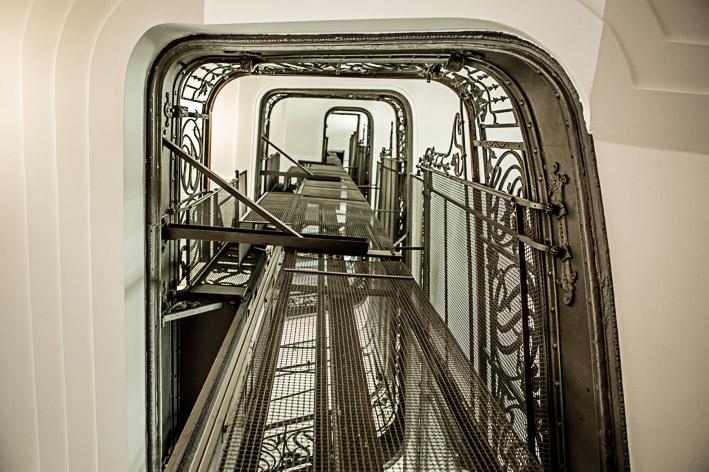 Der historisch aufgearbeitete Aufzug spiegelt den Charme des Gebäudes wider
