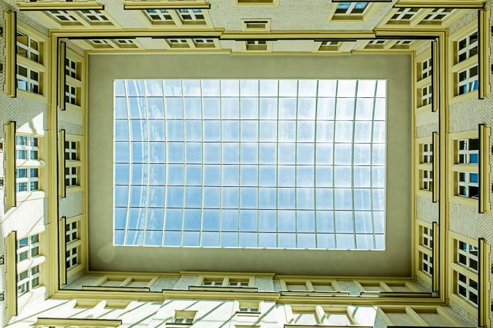 Der unvergleichliche Blick durch das Glasdach des Innenhofs