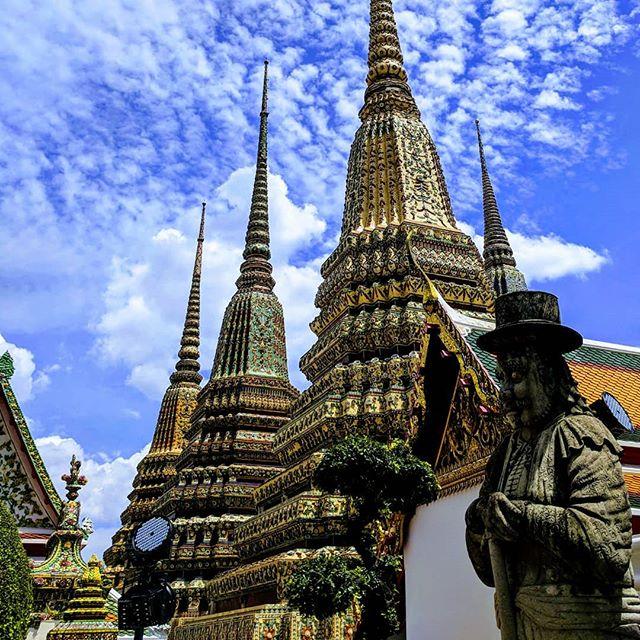 """Dans la série """"photo de temples en contre-plongée"""". 🇹🇭🏯📷 . . . . . . . #asia #bangkok #bangkokthailand #thailand #watphracetuphon #temple #teampixel #shotbypixel #steveetgeenasie #quebecoisenvoyage"""