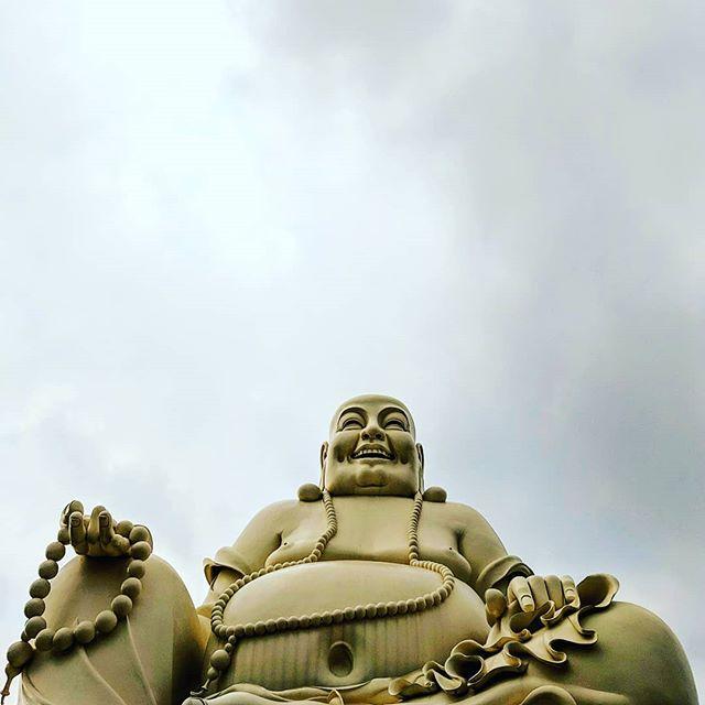 """Toujours dans la série """"photos de temples en contre-plongée"""" 🇻🇳📷🏯 . . . . . . #asia #vietnam #chùavĩnhtràng #chuavinhtrang #temple  #teampixel #shotbypixel #steveetgeenasie #quebecoisenvoyage #buddha"""