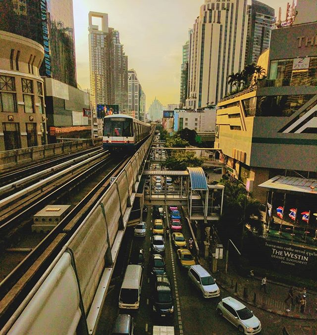 🇹🇭💥🐓 . . . . . . #asia #thailand #bangkok #bangkokthailand #teampixel #shotbypixel #steveetgeenasie #quebecoisenvoyage #skytrain #sunlight #sunset #khlongtoeinuea #Sukhumvit #latergram #instatravel