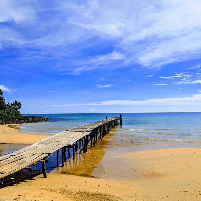 Aweille. Jump! 🌴🇰🇭🏖️ . . . . . . . #asia #southeastasia #cambodia #cambodia🇰🇭 #kohrongsamloem #lazybeach #beach #beachplease #island #travel #instatravel #teampixel #shotbypixel #steveetgeenasie #quebecoisenvoyage #theglobewanderer #quebectraveler #traveldeeper #travelbug #traveldiary #travelgram #wanderlust #worldtravel #traveltheworld #travelinglife #globetrotter #exploretheworld #backpacker #backpacking #abusdehashtag