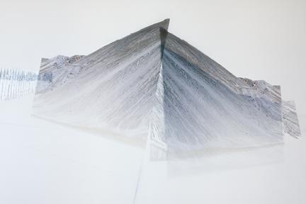 Haldes 3,2012,Impression numérique, graphite et crayons de bois sur une feuille de papier Mylar pliée, photo : Jean-Michael Seminaro.