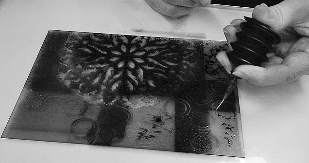Monotype Akua avec l'applicateur à l'aiguille (crédit: Talleen Hacikyan)