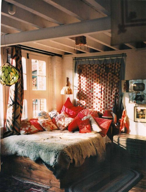 bethelie: smallrooms: bohemian bedroom Looks comfy cozy!