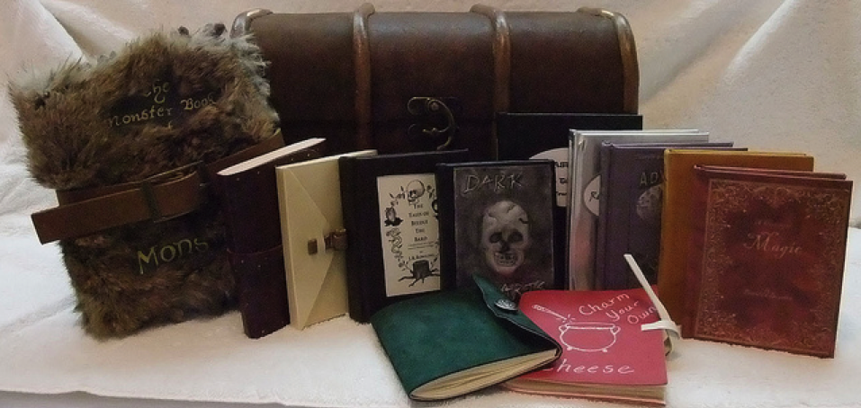 fuckyeahbookarts: Harry Potter's trunk and 12 of his books (All handmade by bookcrazzzy) (Submitted by Margie)