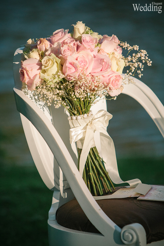 550x825xELEGANT-WEDDING-BOUQUET-CHAIR-DISPLAY-BEAUTIFUL-PINK-WHITE-ROSES.jpg.pagespeed.ic.Qzu4zWlEb5.jpg