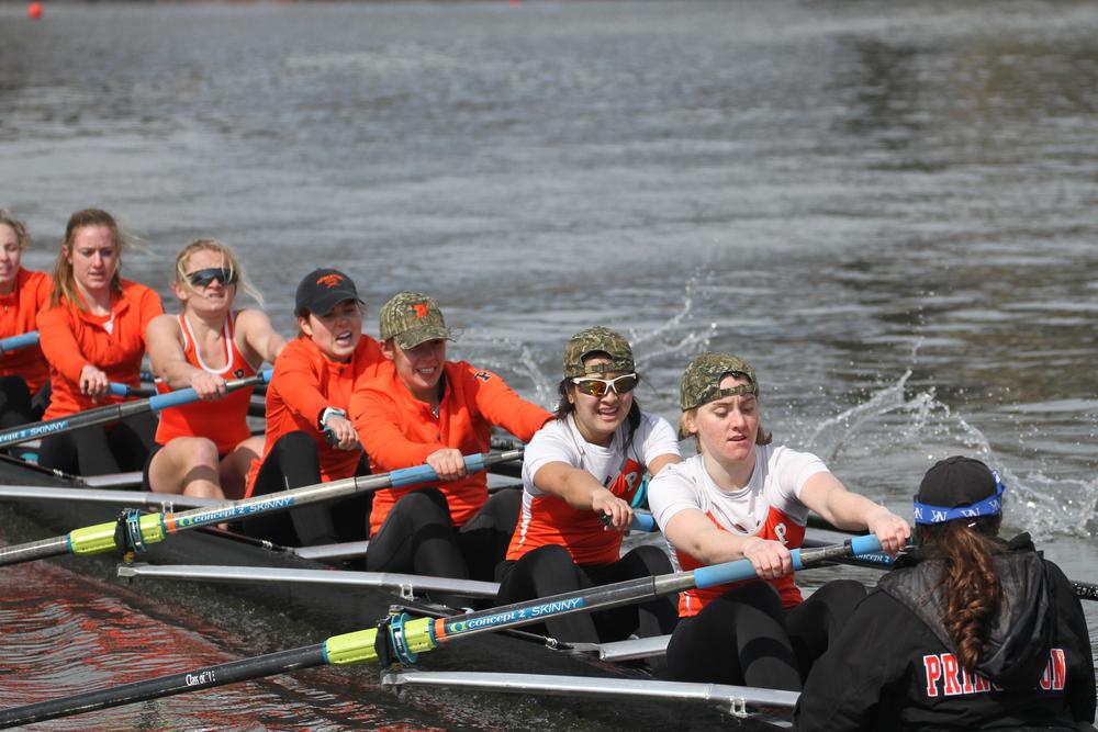 Gabi Pezzini '16strokes the 2v boat