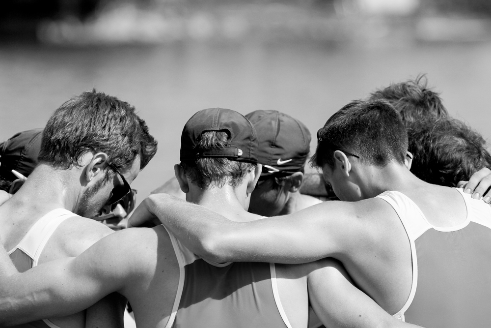 The light men's 2V huddles up after their race