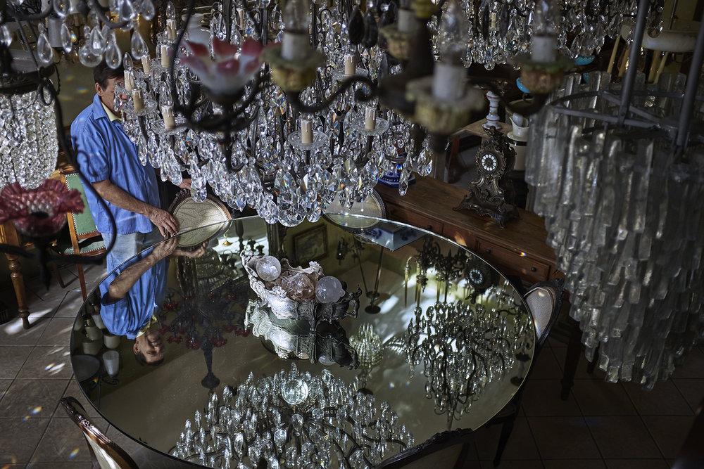 Cristais, espelhos, opulências que me lembram aquele espanador na abertura de Downton Abbey.