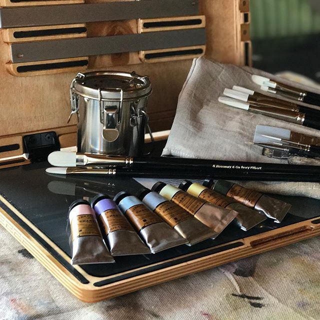 #Repost @mishwooderson ・・・ Calling all oil and acrylic painters....is there a method to the order in which you lay your paint colors out on a palette? And if that's a dumb question, I was totally asking for a friend. #edgeprogear #rosemarybrushes #paintpalette#my100meadowsproject #100meadowsproject