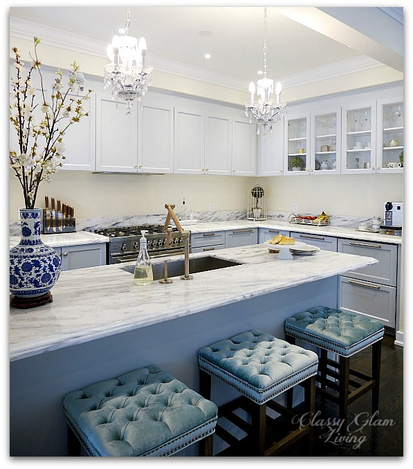 Blue and white porcelain chinoise vase in kitchen | Classy Glam Living