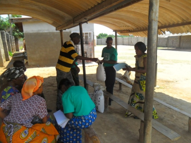 Stanley and Mary Kampyongo giving melie meal and beans to Forward Katukula